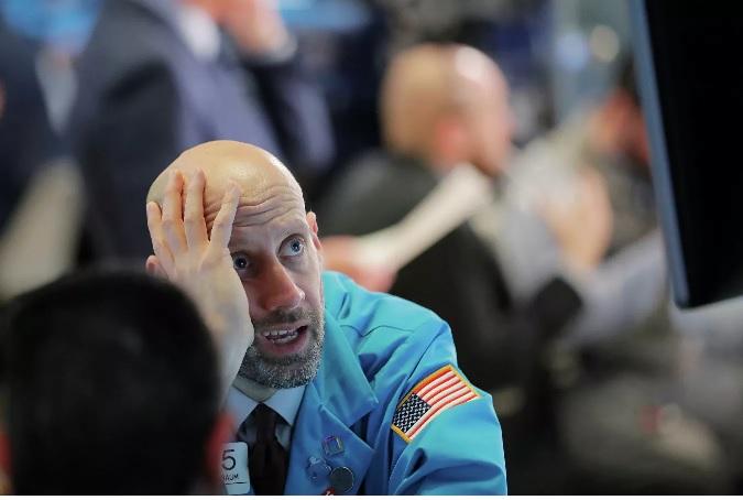 """Тупой пиндос на Уолл-Стрит, наблюдая за катастрофическим падением фондовых рынков Пиндостана, начинает сомневаться в """"богоизбранности Америги"""". В Божественном Проведении явно """"что-то пошло не так""""."""