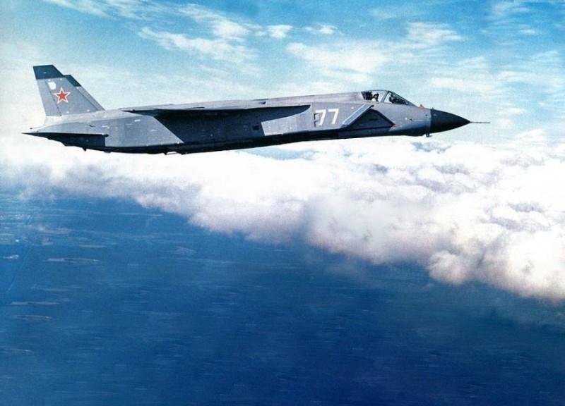 Русский сверхзвуковой истребитель вертикального взлета и посадки Як-141. По скорости (1800 км/час), радиусу действия (900 км) и бомбовой нагрузке он не уступает F-35B, который тупые пиндосы создали, украв многие решения у КБ Яковлева.