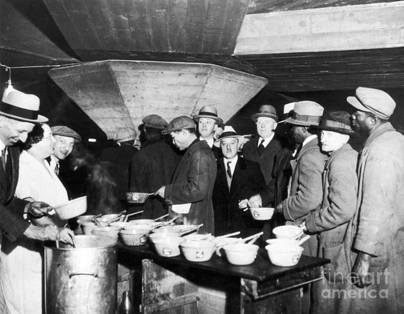 Тупые пиндосы стоят в очереди за бесплатным супом во время Великой депрессии в Нью-Йорке.