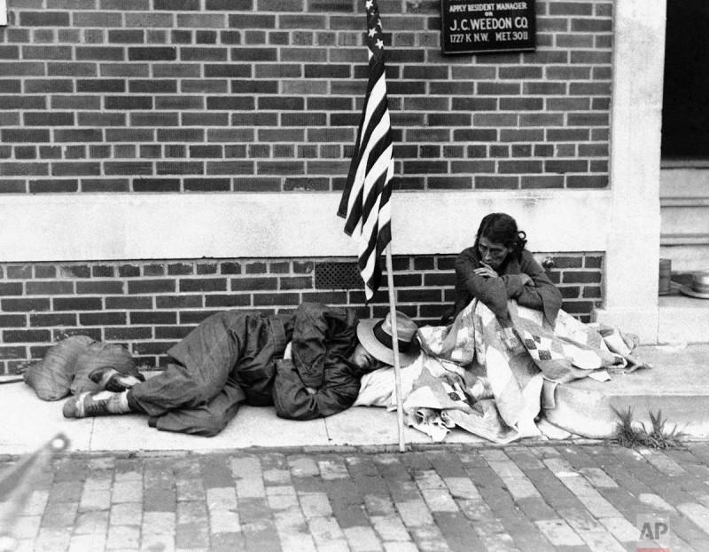 """Тупые пиндосы патриотично спят на улице Нью-Йорка под звездно-полосатой тряпкой во время Великой депрессии. """"Make Аmеrica's Great Depression again!"""""""