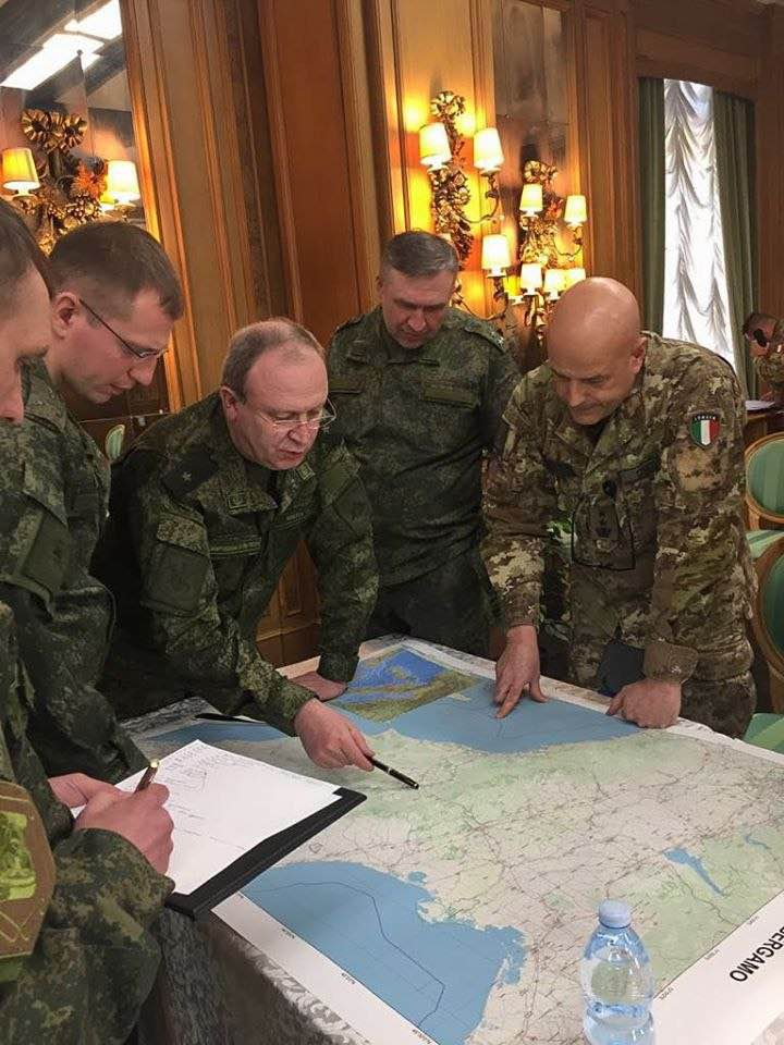 Российские военные в Генеральной штабе Италии в Риме склонились над картой из сейфа Генерального штаба Италии и обсуждают с итальянскими военными переброску российских военных в Бергамо.