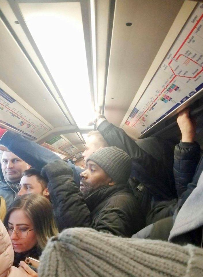 """Лондонский мэр Хан для борьбы с эпидемией """"американки"""" закрыл несколько станций метро и сократил количество поездов. Результат - на фото: плотность людей в вагонах лондонского метро еще более возросла."""
