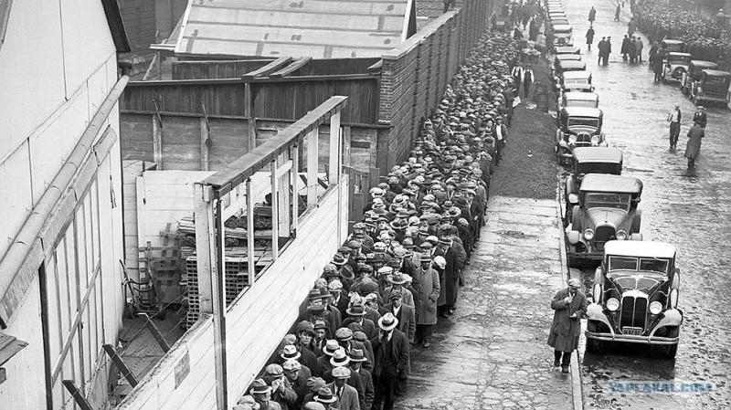 Тупые пиндосы стоят в очереди за бесплатным супом во время Великой Депрессии. Некоторые приехали за супом на своих авто.
