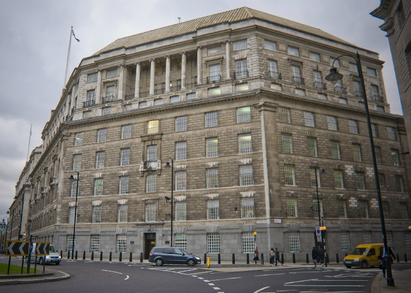 """Темс-хаус - здание MI-5 в Лондоне. На всех окнах решетки, всюду камеры и снайперы. Чем-то тюрьму Бастилию напоминает. Но нет - это один из главных бастионов """"британской свободы"""", из которого сраные бриташки плетут свои интриги и провокации по всему миру."""