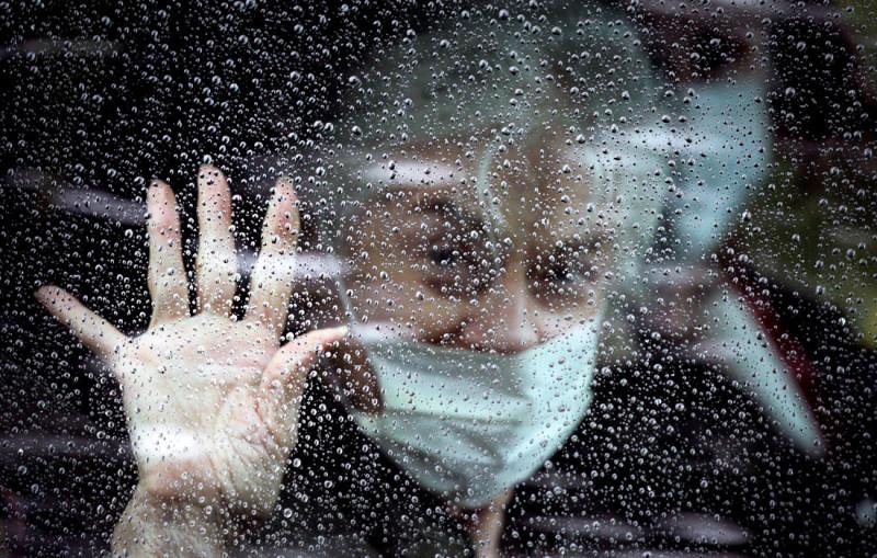 Пожилая американка кидает прощальный взгляд миру после доставки ее в одну из больниц Нью-Йорка. Она знает, что теперь она обречена и вскоре обязательно умрет, и что живой из этой больницы она уже не выйдет.