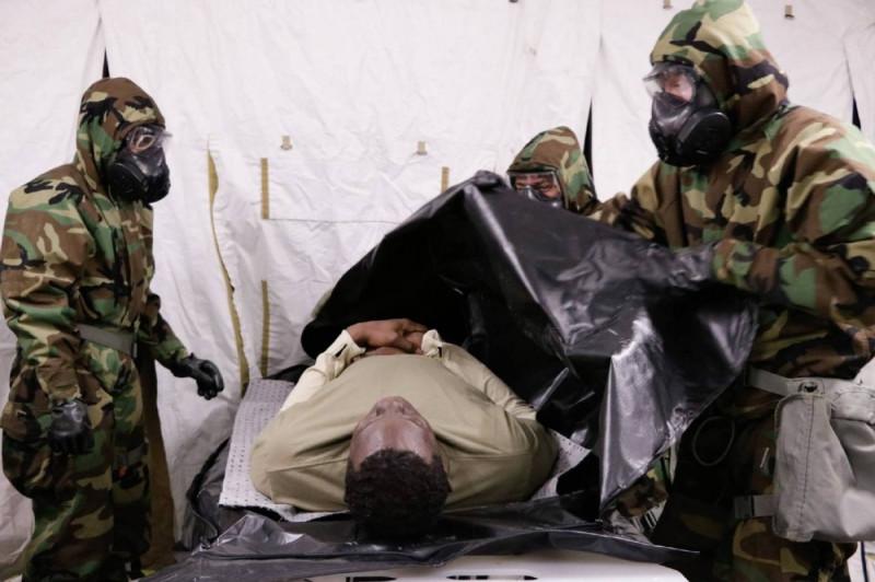 """Тупые пиндосы из """"похоронной команды"""" армии Пиндостана отрабатывают навыки по укладыванию трупов умерших от """"американки"""" тупых пиндосов в специальные мешки - недавно Белый дом заказал у армии около 100 тыс. таких мешком."""