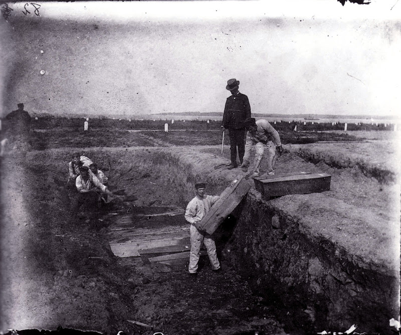 Похоронная команда Нью-Йорка закапывает гробы на острове Харт, 1890 год. Картинка мало чем отличается от сегодняшней.
