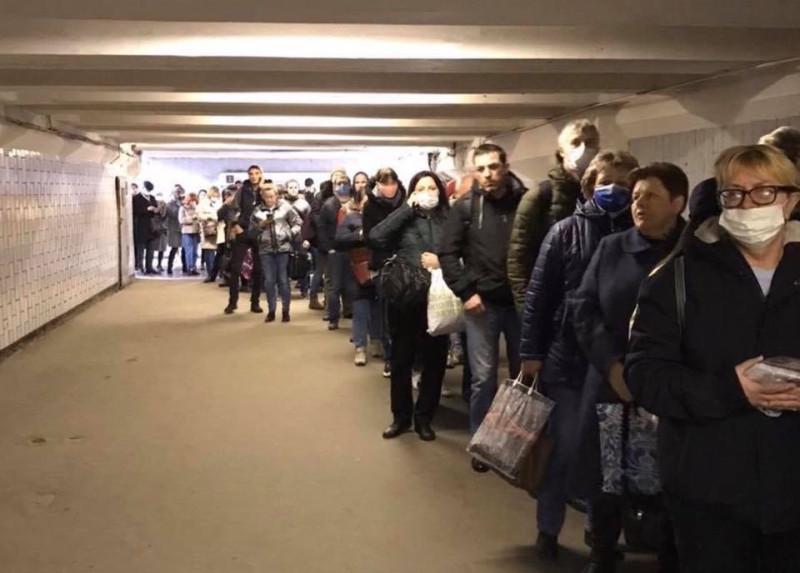 """Гнидоидные москвичи выстроились в огромную очередь на вход в метро утром 15 апреля, чтобы попасть в метро по """"электронным пропускам"""", выписанным им гауляйтером Москвы Собяниным."""