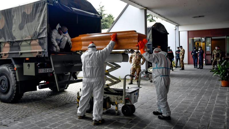 """Гроб с откинувшим копытца от """"американки"""" сраным бриташкой грузят на военный грузовик около одной из больниц в Лондоне. Как и в Пиндостане, закапывают дохлых сраных бриташек специальные похоронные команды из военных - они под присягой и лишнего не скажут, и реальное количество жертв можно будет сильно приуменьшить."""