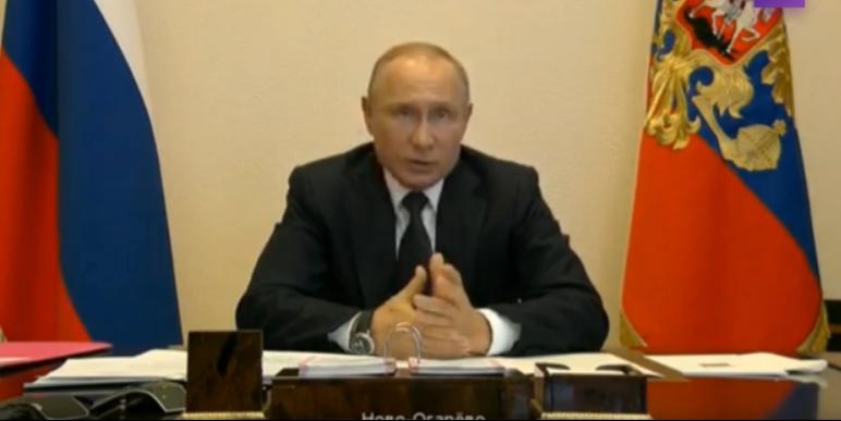 Путин во время сегодняшнего выступления. Честно говоря, стал похож на какую-то мартышку.