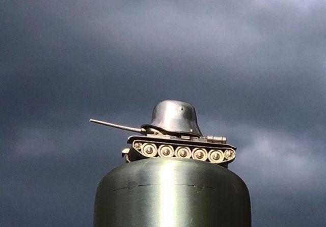 """""""Памятник власовцам"""", установленный чехами в Праге, чтобы позлить свирепых советских дегенератов-московитов. Смотрится внушительно, но на самом деле это миниатюрная статуэтка на конце металлического шеста высотой с ростом человека."""