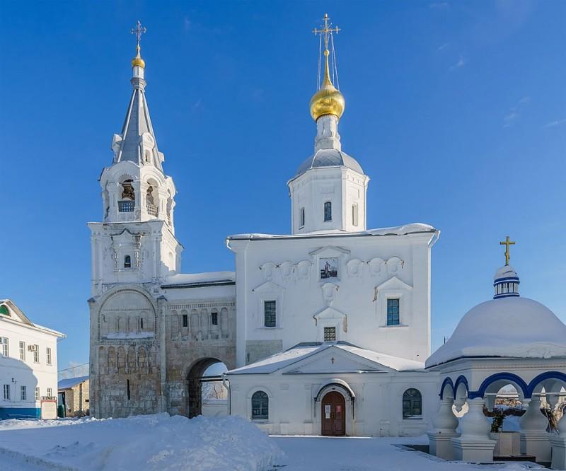 Сохранившаяся часть княжеского дворца (переход и лестничная башня) в резиденции князя Андрея Боголюбского в Боголюбово. Именно здесь князь Андрей был убит 29 июня 1174 года.