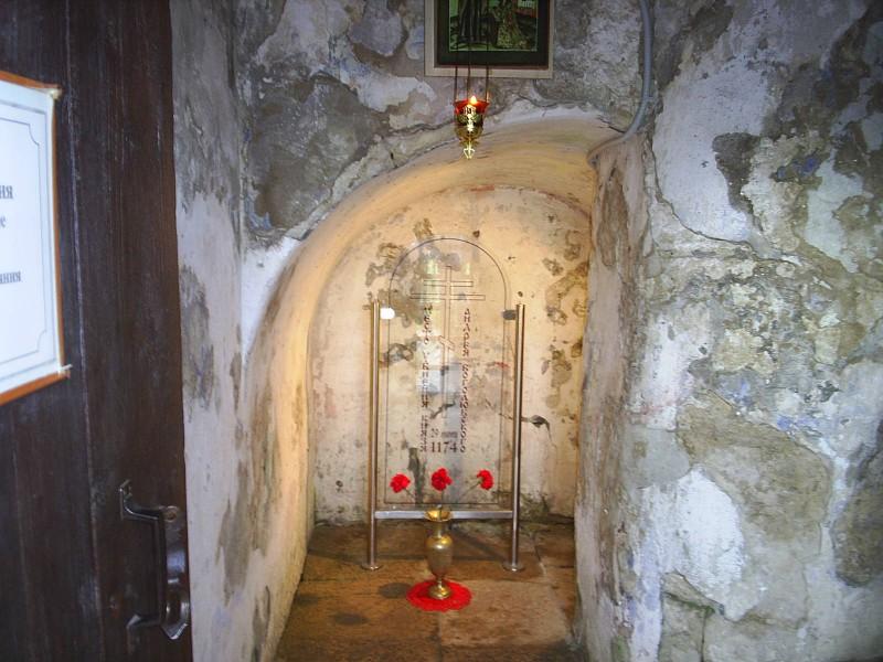 Место в лестничной переходе в княжеском дворце в Боголюбово, где князь Андрей был убит заговорщиками.