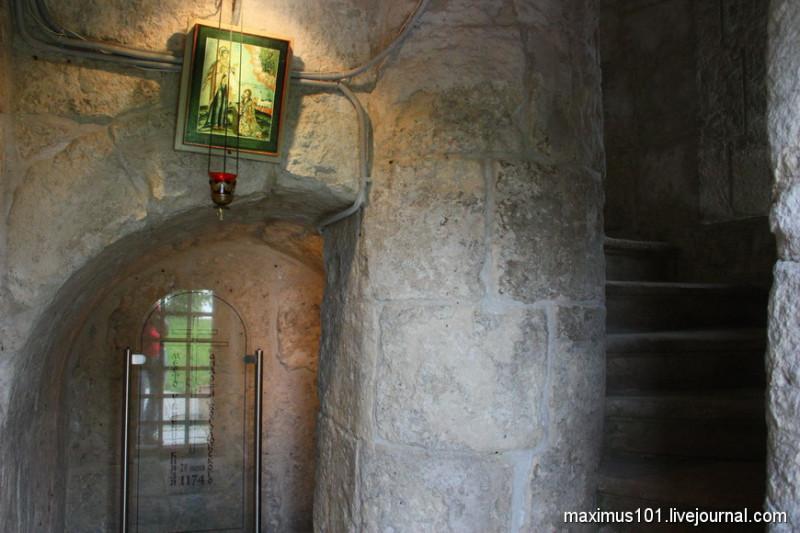 Лестница в замке Боголюбова и место за столпом, где князь Андрей пытался спрятаться от убийц, и где убийцы его настигли и убили.