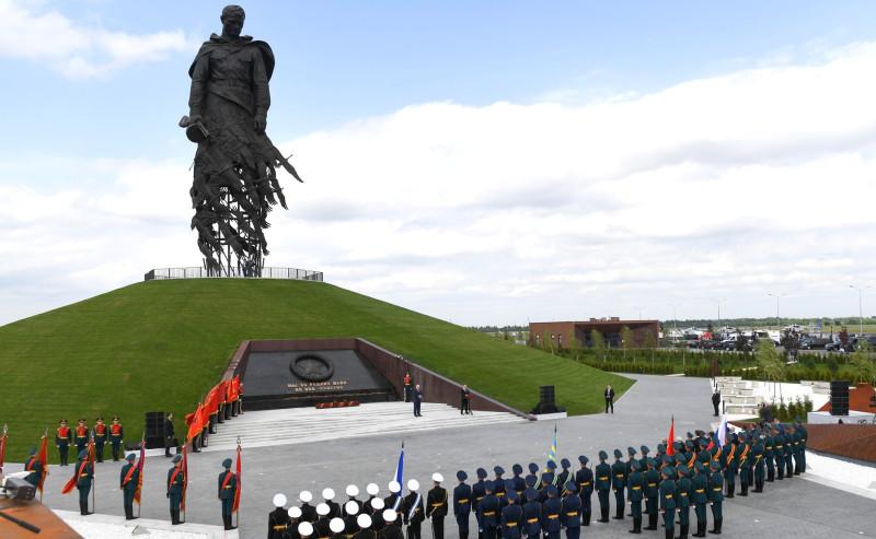 Памятник Советскому Солдату подо Ржевом, открытый недавно советскими дегенератами.