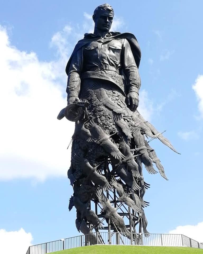 Советский солдат зачем-то распугал всех журавлей.