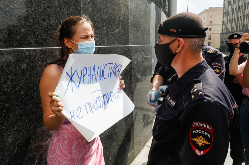 """Дикий поганый путинский мент, со взглядом неандертальца, задерживает журналистку из """"Коммерсанта"""", вышедшую на одиночный пикет в поддержку Сафронова."""