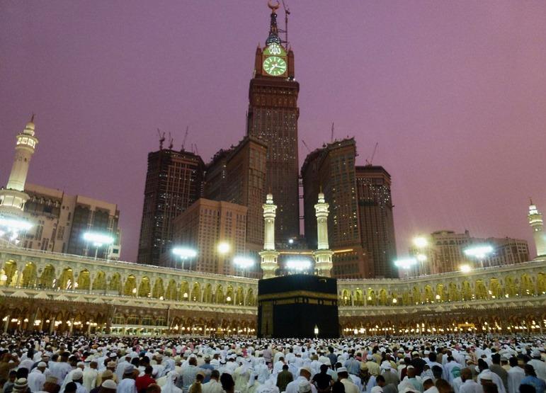 """""""Королевская башня"""" в комплексе """"Абрадж-аль-Бейт"""" (построен в 2004 - 2012 году) в Мекке, Саудовская Аравия. Ничего не напоминает?"""