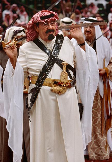 Но позднее ему пришлось появляться на публике всегда в традиционном арабской одежде и даже иногда демонстрировать владение саблей во время традиционного арабского танца арда. Что поделать? Такова роль, которую когда-то кто-то предписал Саудитам, и они стараются соответствовать этой роли.