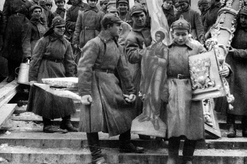 """Большевицкая сволочь грабит церкви и """"буржуев"""". В сущности, вся марксистская """"теория государства"""" призвана была обосновать очень простой лозунг: """"Грабь награбленное!"""" И ублюдок Ульянов, по простоте своей, этот лозунг одобрил вполне официально, как перевод марксистской """"экспроприации экспроприаторов"""" - во время выступления на заседании ВЦИК 29 апреля 1918 году вождь пролетариата так и сказал: """"В лозунге «грабь награбленное» я не могу найти что-нибудь неправильное, если выступает на сцену история. Если мы употребляем слова: экспроприация экспроприаторов, то почему же нельзя обойтись без латинских слов?"""" И, в сущности, большевики именно этим и занимались. Причем, ограбив """"помещиков и капиталистов"""" и просто прохожих, которых они объявляли """"буржуями"""", они тут же принялись грабить крестьян и рабочих, а затем и весь русский народ и всю Россию. Марксизм - это идеология уголовщины, грабежа и мародерства, и именно с этой целью марксизм и создавался, и именно в этом состоит его суть - как бы мы ни переводили термины марксизма с латыни на немецкий или на русский язык."""