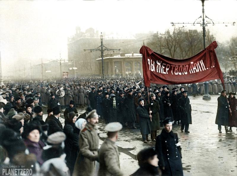 """Шествие """"демократической общественности"""" в апреле 1917 года в честь """"жертв революции"""". """"Революция требует жертв""""."""
