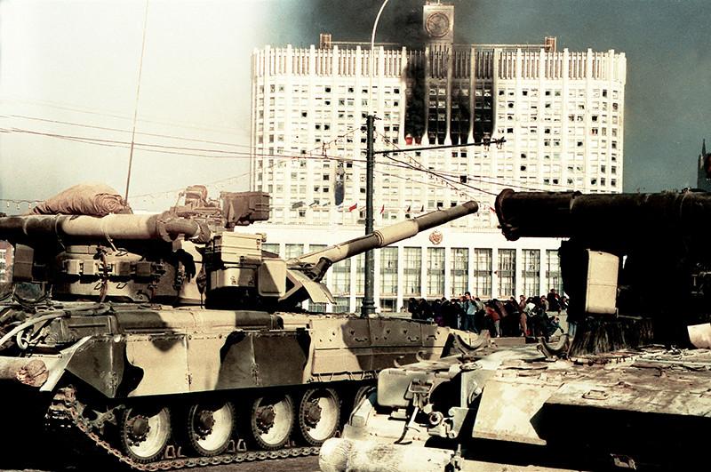 Ельцин и Чубайс и стоявшие за их спиной гебисты и прочая советская сволочь расстреливают из танков демократию в России в октябре 1993 года. Путин в этом смысле - прямое продолжение Ельцина.