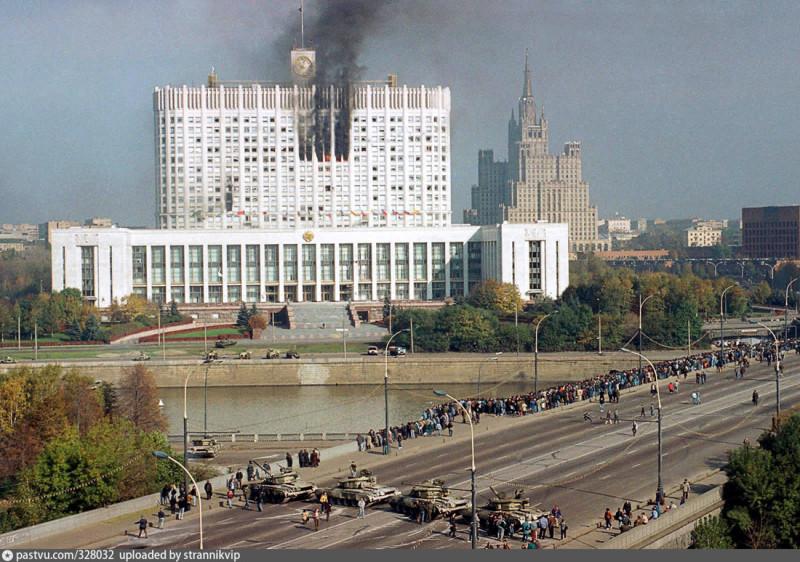 Горящий Белый дом в октябре 1993 года - символ демократии в России, расстрелянной Ельциным и Чубайсом и стоявшими за их спиной гебистами и жидами.
