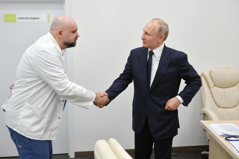 """Путин и доктор Проценко в больнице """"Коммунарка"""". """"А если прикажем кого-нибудь из твоих пациентов на тот свет отправить, сделаешь?"""" """"Все сделаем, Владимир Владимирович, все сделаем! Комар носа не подточит!"""""""