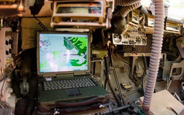 """Интерактивная карта боя на экране модуля информационной системы """"Андромеда"""" внутри танка Т-72Б3."""