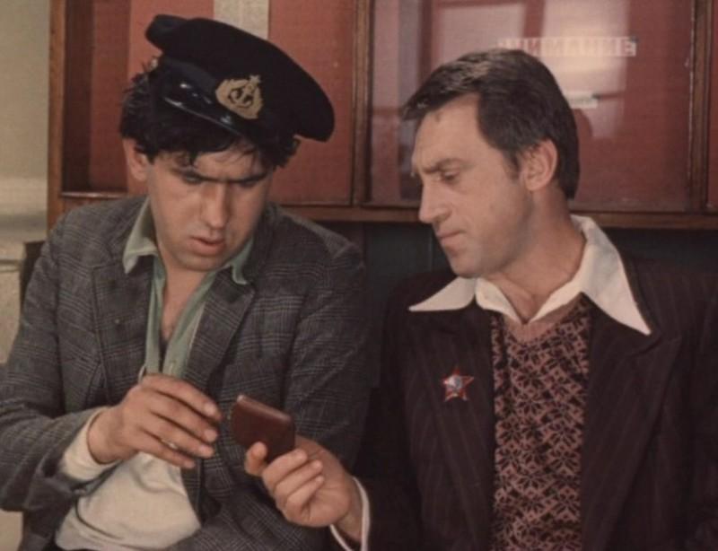 Жеглов извлекает из кармана Кости Сапрыкина украденный им кошелек.