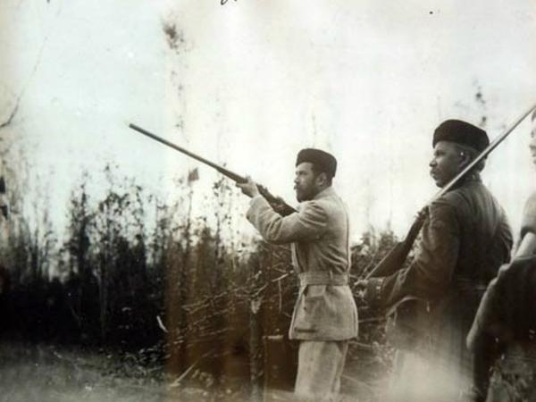 Государь Николай Второй во время охоты. Не иначе, в летящего котика метит?