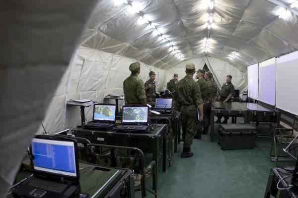 """Командный пункт управления системой """"Андромеда"""" бригадного уровня в палаточном лагере."""