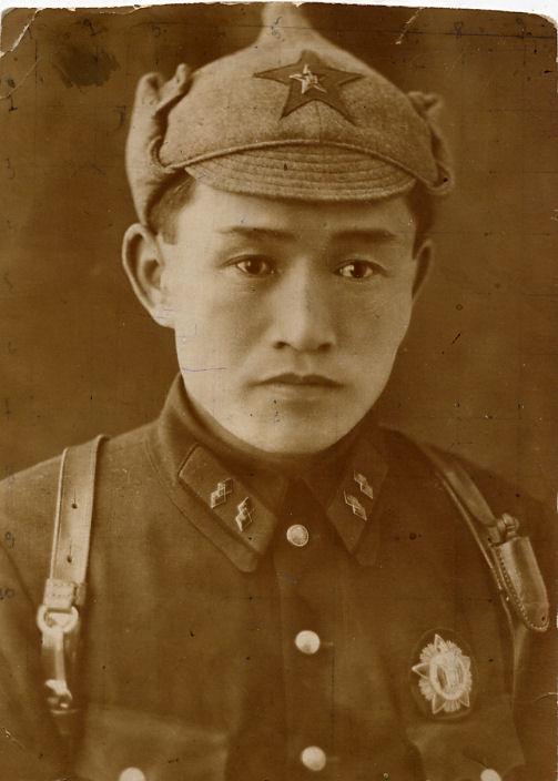 Главарь одного из карательных отрядов ЧОНа. Да-да, это китаец! Самый настоящий. Некоторые карательные отряды ЧОНа почти почти сплошь состояли из китайцев и прославились особенными зверствами в отношении русского населения.