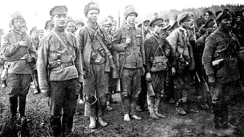 """А вот примерно так выглядели """"боевые части"""" """"красной армии"""". Большевики на них не особенно тратились (""""расходный материал"""") — все самое вкусное они оставляли для себя, для чекистов и для гораздо более важных для них отрядов ЧОНа, стоявших в тылу """"боевых частей красной армии"""" и гнавших эти части в атаку. И бежали! А куда деваться, если за спиной стоят отряды ЧОНовцев с пулеметами?"""