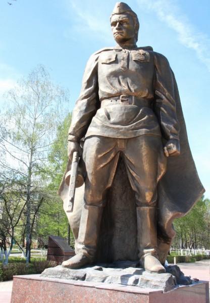 """А вот так этот очередной советский уродливый памятник в городе Заинске выглядел до того, как он сгорел """"за нашу советскую родину""""."""