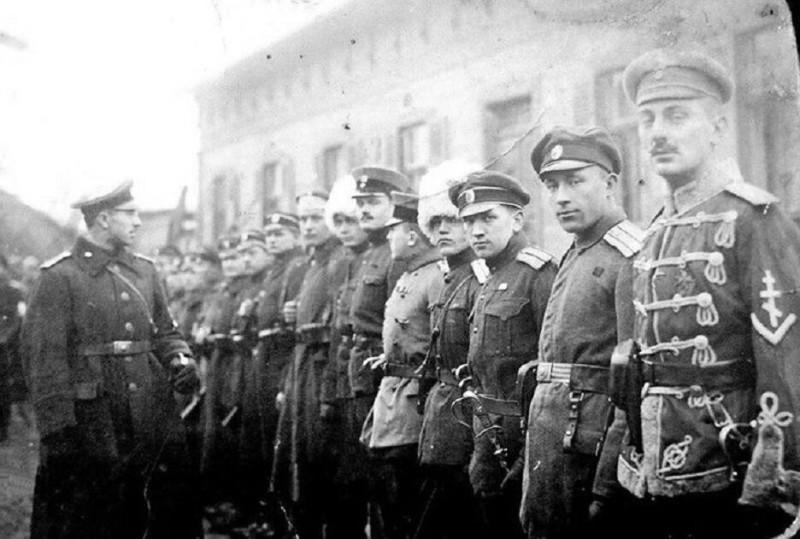 Русские. Белые. Они били большевицкую сволочь нещадно. Но перевешать жидов и большевиков на фонарях в Москве им, к сожалению, тогда не удалось.