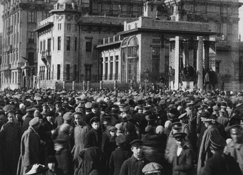 """Большевицкий митинг у особняка Кшесинской. Этот особняк большевицкая сволочь заняла самовольно и незаконно еще в марте 1917 года, и он был главным """"штабом"""" этой сволочи вплоть до июля месяца. Выгнать эту сволочь из особняка удалось только после провалившегося путча большевиков 5 июля. Сам особняк эта сволочь за время своего пребывания в нем, конечно, засрала до ужаса."""