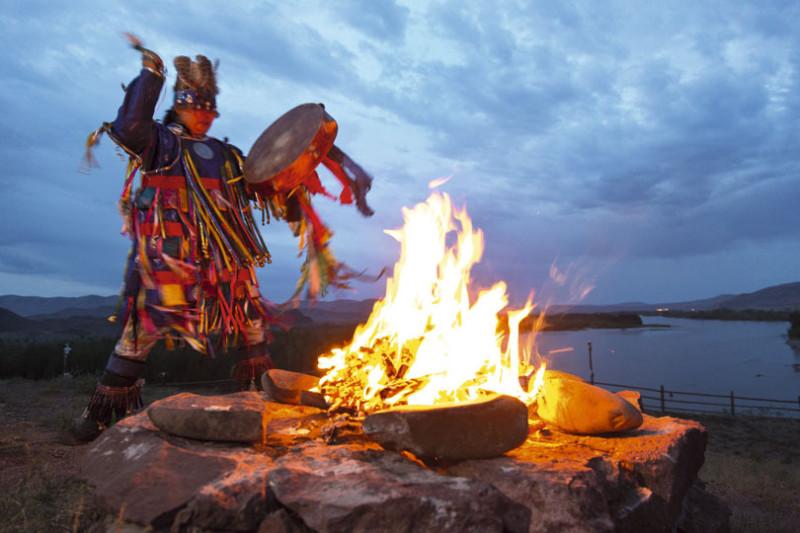 Тувинский шаман Шойгу бьет в бубен войны.