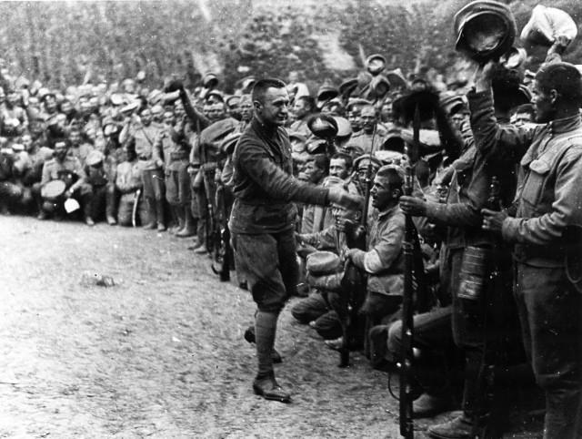 """Масонский ублюдок Керенский (на тот момент — военный и морской министр) на фронте накануне катастрофического """"июльского наступления""""."""