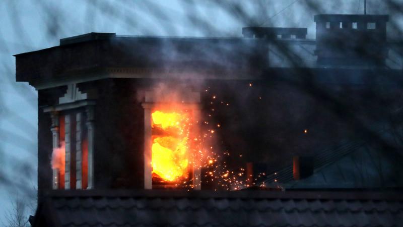 Горящий дом Владимира Барданова, который путинские твари подожгли из гранатомета после 10 часов сидения в кустах. Еще один русский дом, построенный русским человеком для себя и для своих детей, уничтожен советской сволочью. Еще один русский человек ими убит.