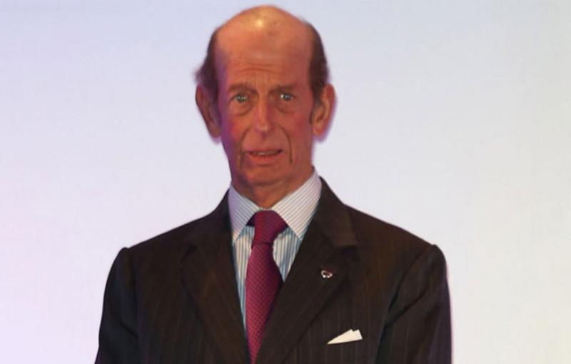 """Еще один британский ублюдок — """"принц Эдвард"""", двоюродной брат коронованной жабы. C 1967 года и по сей день — Великий Мастер Объединенной великой ложи Англии. Магией, оккультизмом и каббалой он увлекается очень давно и всерьез, и это, конечно, также сказалось на его внешности: """"великим магом"""" он так и не стал, но зато превратился в полоумного недоумка, который постоянно видит какие-то """"мистические видения"""" наяву."""