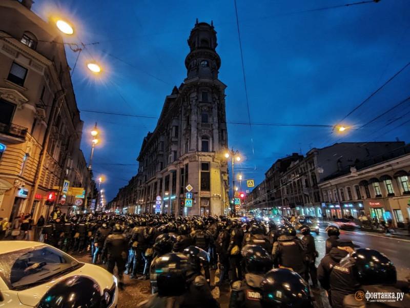 Поганые путинские гоблины-оккупанты на улицах нашего прекрасного города. После всей этой фашистской нечисти — хоть заново улицы поливай, чтобы очистить их от вони Путина и кремля. От них реально воняет — воняет адом, кровью и дерьмом.