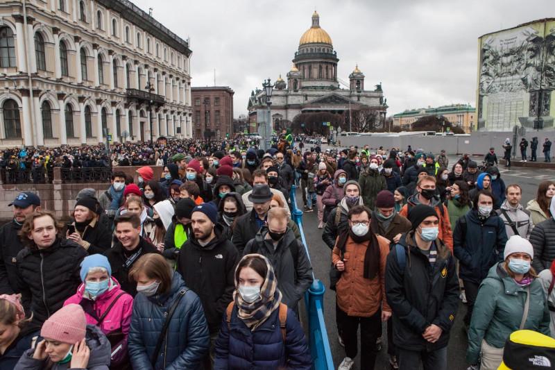 Петербуржцы стекаются к центру города, чтобы дать сражение Злу — путинскому режиму с его орками и гоблинами. Люди против нелюдей. Граждане против рабов.