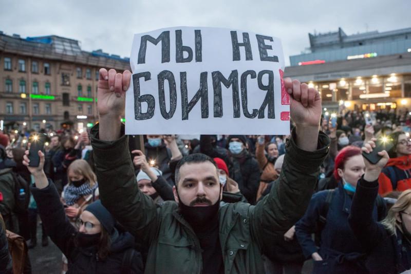 Петербуржцы на Сенной площади пытаются светом своих фонариков разогнать Тьму в душах и мозгах путинских ублюдков. Бесполезно! Там только ад, только говнище, только безумие и полнейший мрак московского Мордора.