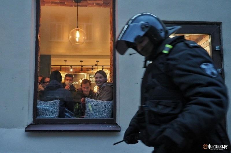 """Петербуржцы — молодые, красивые и свободные — изрядно погоняв путинских ублюдков по улицам города, сидят в кафе и пьют кофе, со смехом наблюдая, как путинское """"государство"""" — облаченное в скафандры путинских ментов и напоминающее пришельцов из канализации — беспомощно бродит вокруг."""