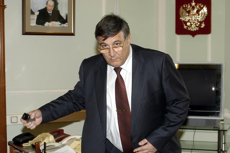 Путинский чекист Негодов. В 2001 году по заданию конторы был направлен в бизнес — для глубокого внедрения в стан потенциального врага и просто чтобы заработать себе на безбедную старость. Все во имя нашей Родины!