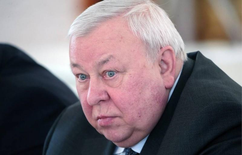 Путинский чекист Муров. Как и все мафиози, они любят решать дела в темноте. А на людях и на свету они все выглядят довольно глупо и неловко — так, словно бы у них у всех до сих пор в задницах член товарища Джугашвили торчит.