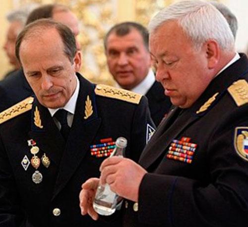 """Два величайших патриота путинской Эрэфии, два гебешных упыря — чекисты Бортников и Муров. """"А чо, хорошая водка, да? Хрю-хрю!"""" """"Я не пью! Только 20 декабря. Чуть-чуть!"""""""
