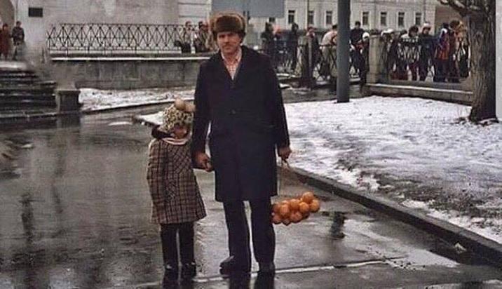 """""""Наши деды воевали!"""" Советский москвич в начале 1980-х годов — в самое """"благополучное"""" советское время — накануне Нового года с боем добыл пару кило кислых мятых мандаринов к """"праздничному столу"""". Ради этого наши деды и воевали, да? Вот ради всей этой дикости и нищеты под властью дикой безумной коммуняцкой сволочи?"""