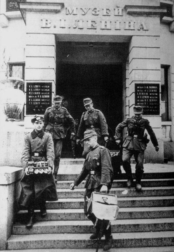 """Немцы очищают здание """"музея ленина"""" в Киеве в 1941 году от большевицкого антуража. Ну, почему, почему вы не заняли поганую большевицкую Москву осенью 1941 году и точно так же не очистили всю Россию от всего этого коммунистического дерьма?"""